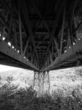 Se under den viktorianska smidesjärnMeldon viadukten, den avlagda järnväg linjen och delen av granitvägen, Dartmoor arkivfoton