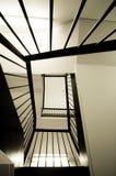 se upp den spiral trappuppgången Arkivfoton