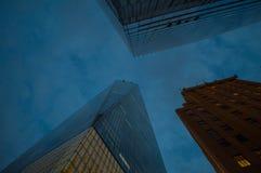 Se upp fasaden av en World Trade Center i Manhattan på skymning Royaltyfri Fotografi