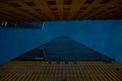 Se upp fasaden av en World Trade Center i Manhattan på skymning Arkivbilder