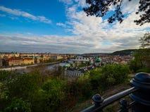 Se upp floden från Letna parkera royaltyfri foto