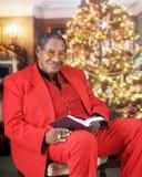 Se upp från en läst julbibel Royaltyfri Bild