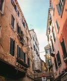 Se upp i en smal medelhavs- gata i Venedig arkivfoton