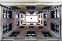 Se upp illusion för takfönsterWindows perspektiv ingen golvhimmel Wh Arkivbild