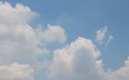 Se upp på blå himmel med molnigt royaltyfri foto