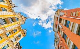 Se upp på bostads- byggnad för högväxt colorfull med klar himmel arkivfoton