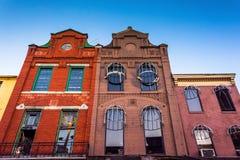 Se upp på byggnader i gammal stadgalleria, Baltimore, Maryland royaltyfria foton