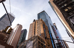 Se upp på byggnader i New York City, twillight arkivbild