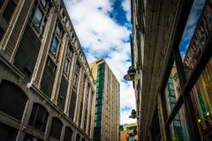 Se upp på byggnader längs en smal gata i Boston, Massach Arkivbilder