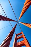 Se upp på det Golden gate bridge servicetornet i livlig färg arkivbilder