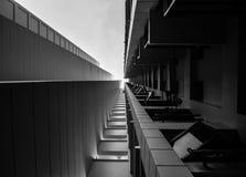 Se upp på en högväxt byggnad Arkivbilder