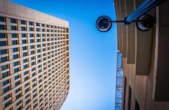 Se upp på en streetlamp och den Brandywine byggnaden i downto Royaltyfri Foto