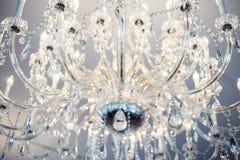 Se upp på en upplyst kristallkrona royaltyfri fotografi