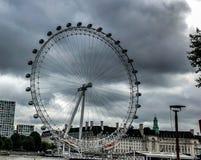 Se upp på London Eye med mulen bakgrund royaltyfria bilder