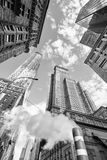 Se upp på Manhattan skyskrapor med ånga som kommer från stree Arkivbild