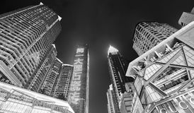 Se upp på moderna byggnader i i stadens centrum Chongqing på natten Royaltyfri Fotografi