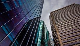 Se upp på moderna byggnader under en molnig himmel i Philadelphi Fotografering för Bildbyråer