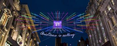 Se upp på Oxford Street julljus London royaltyfria foton