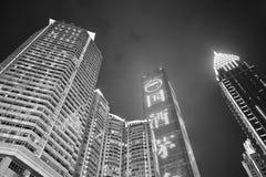 Se upp på skyskrapor i i stadens centrum Chongqing på natten Arkivfoto