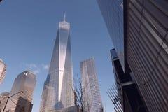 Se upp på skyskraporna av New York Höghuskonstruktion royaltyfria bilder