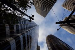 Se upp på skyskraporna i San Francisco arkivbild