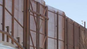 Se upp på staketet Between USA och Mexico arkivfilmer