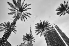 Se upp sikt av den upplysta palmträd-, Dubai galleria- och Burj Khalifa fasaden på skymning Royaltyfria Bilder