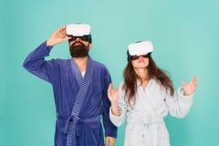 se upp?t Dobbel och underh?llning Framtida mer nära än dig tänker Familjen undersöker VR hemma VR-teknologi och arkivfoto