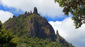 Se upp till överkanten av Mt Manaia arkivfoto
