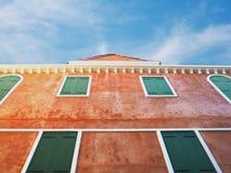 Se upp till hög apelsin målad byggnad Royaltyfria Foton