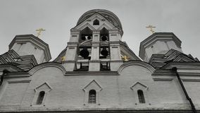 Se upp till kyrkan Royaltyfri Foto