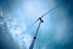 Se upp till vindturbinen och blå himmel arkivfoto