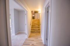 Se upp trätrappa från ett sovrum royaltyfri bild