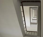 Se upp trappuppgångbyggnad abstrakt arkitekturbakgrund Arkivbild