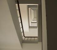 Se upp trappuppgångbyggnad abstrakt arkitekturbakgrund Arkivfoton