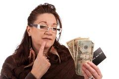 Se usano i contanti o la carta di credito Immagine Stock Libera da Diritti