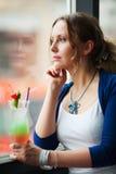 se ut den SAD fönsterkvinnan arkivfoto