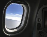 Se ut från fönstret av flygplanet Arkivbild
