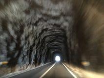 Se ut till slutet av tunnelen arkivfoto