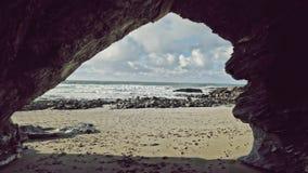 Se ut ur en liten vik in mot det atlantiska havet på den lilla Fistral stranden, Newquay, Cornwall royaltyfri fotografi