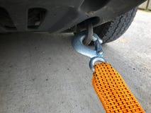Se utiliza el equipo de emergencia de la cuerda del coche cuando el vehículo está quebrado o no puede moverse foto de archivo libre de regalías