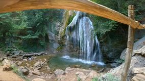 Se vattenfallet lager videofilmer