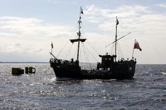 Se ve la nave estilizada mientras que entra en el puerto marítimo fotos de archivo libres de regalías