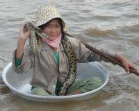 Se vendant les photos avec son serpent sur le Tonle sapent le Cambodge photo stock