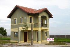 Se vende la casa residencial. Foto de archivo libre de regalías