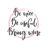 Sea agradable, sea útil, traiga el vino Cita divertida sobre la consumición con el rastro redondo de copa de vino Caligrafía negr