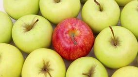 Sea diferente - manzana roja entre las manzanas verdes almacen de metraje de vídeo