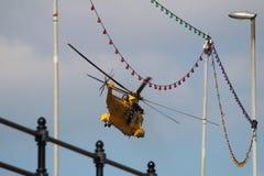 Sea King Search und Rettungs-Hubschrauber über Bridlington Lizenzfreie Stockfotografie