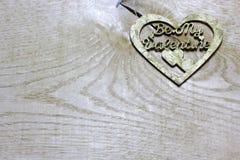 Sea mi corazón hecho a mano del decoupage de las tarjetas del día de San Valentín en fondo de madera Imagenes de archivo