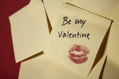 Sea mi nota de la tarjeta del día de San Valentín sobre la pared roja Fotografía de archivo